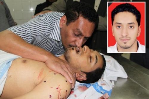 مكي أبوتاكي يقبل جسد إبنه محمود قبل دفنه